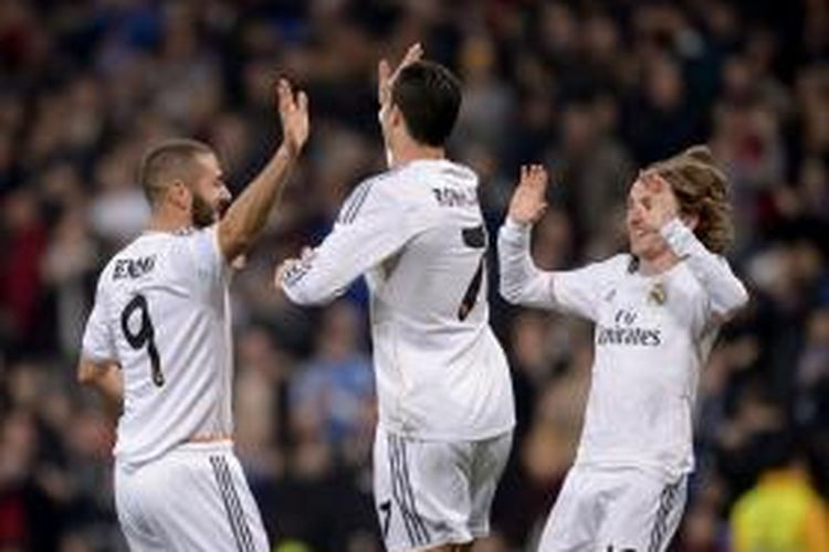 Bomber Real Madrid, Karim Benzema, merayakan golnya bersama Cristiano Ronaldo dan Luka Modric dalam pertandingan leg pertama 16 besar Copa del Rey di Stadion Santiago Bernabeu, Kamis atau Jumat (10/1/2014) dini hari WIB.