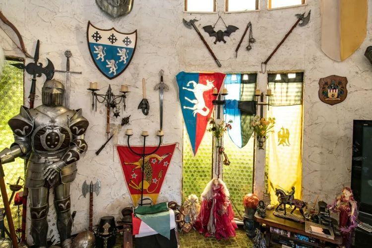 Barang-barang dalam kastil yang termasuk dalam penjualan kastil di Selandia Baru.