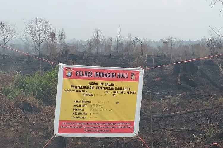 Lahan yang terbakar di Desa Sungai Guntung Hilir, Kecamatan Rengat, Kabupaten Indragiri Hulu, Riau, disegel oleh aparat kepolisian sebagai bentuk upaya penyelidikan penyebab kebakaran, Rabu (20/3/2019).