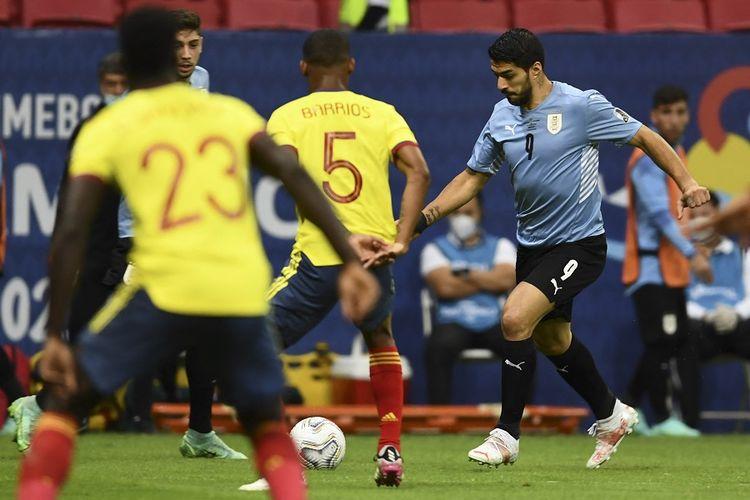 Penyerang Uruguay Luis Suarez (kanan) dan pemain Kolombia Wilmar Barrios dalam pertandingan perempat final Copa America 2021 di Stadion Mane Garrincha di Brasilia, Brasil, pada 3 Juli 2021.