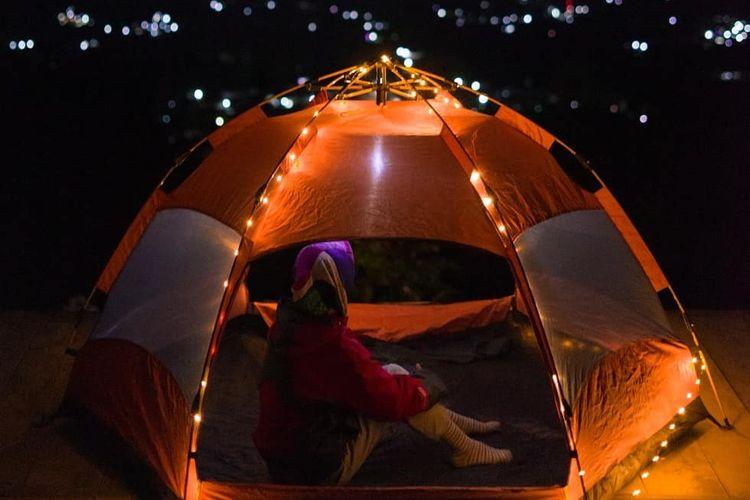 Pemandangan malam di Silancur Highland. Pengunjung bisa berkemah atau camping di Silancur Highland.