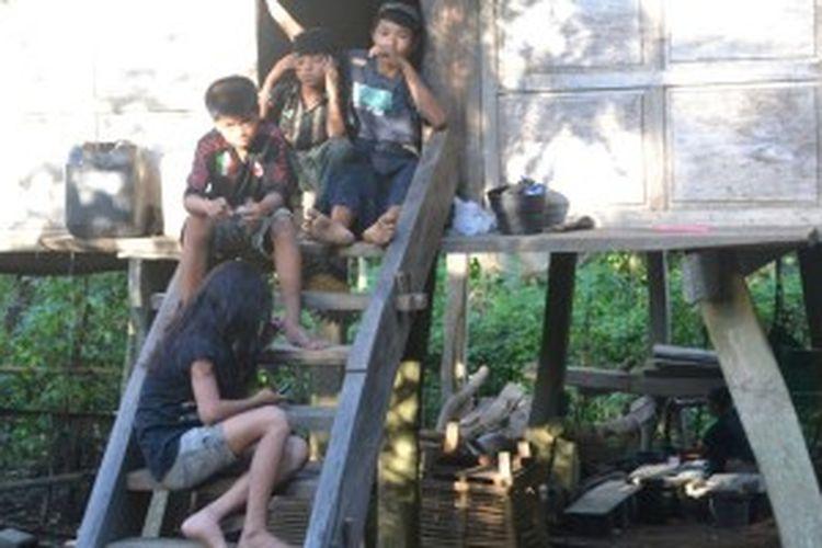 Anak-anak di Desa Adat Ammatoa, Desa Tana Towa Kecamatan Kajang, Kabupaten Bulukumba, Sulawesi Selatan.