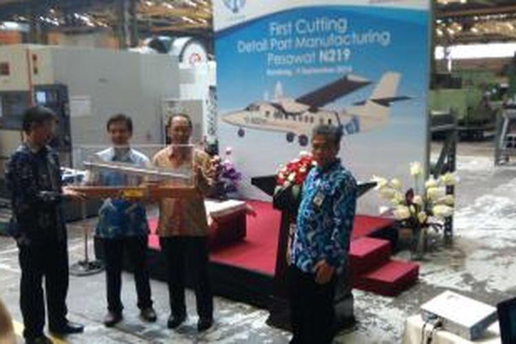 Kepala Lapan, Thomas Djamalludin (kiri) menerima potongam pertama pesawat perintis N219 dari Direktur PT. Dirgantara Indonesia, Budi Santoso, Senin (9/9/2014).