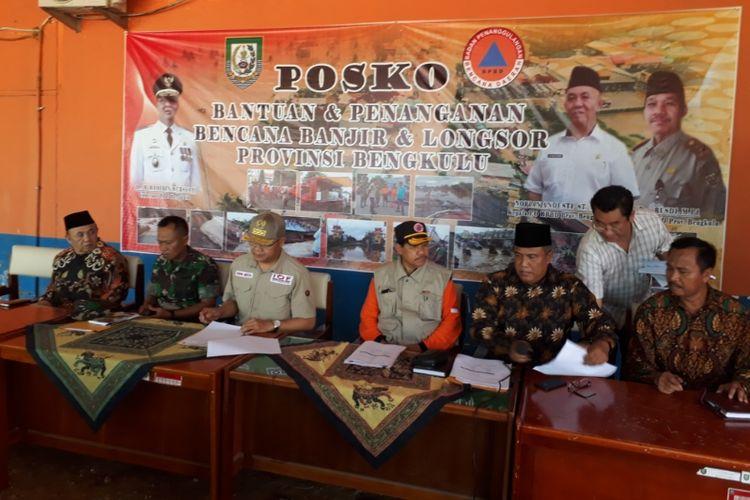 Gubernur Bengkulu Rohidin Mersyah menggelar jumpa pers soal penanganan bencana banjir dan longsor di wilayahnya, Minggu (28/4/2019).
