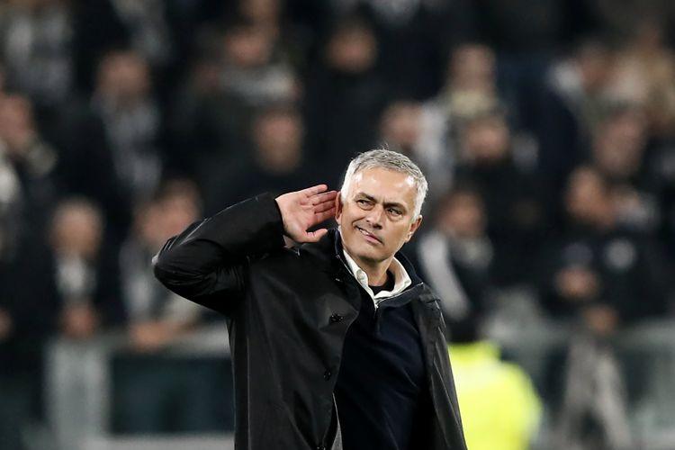 Jose Mourinho semasa masih menjadi Manajer Manchester United saat berselebrasi dengan memegang telinga saat timnya mengalahkan Juventus pada laga Grup H Liga Champions di Stadion Allianz, Rabu (7/11/2018).