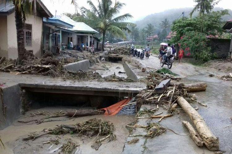 Hujan deras menyebabkan banjir bandang terjadi dan menerjang empat jorong di Kabupaten Solok Selatan, Sumatera Barat, Kamis (14/9/2017) sekitar pukul 20.30 WIB.