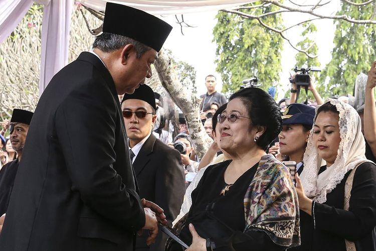 Presiden ke-6 Susilo Bambang Yudhoyono  (kiri) berbincang dengan Presiden Ke-5 Megawati Soekarnoputri (kanan) saat menghadiri pemakaman  ibu negara Ani Yudhoyono  di Taman Makam Pahlawan Nasional Utama (TMP) Kalibata, Jakarta, Minggu (2/6/2019). ANTARA FOTO/Olhe/Lmo/nz