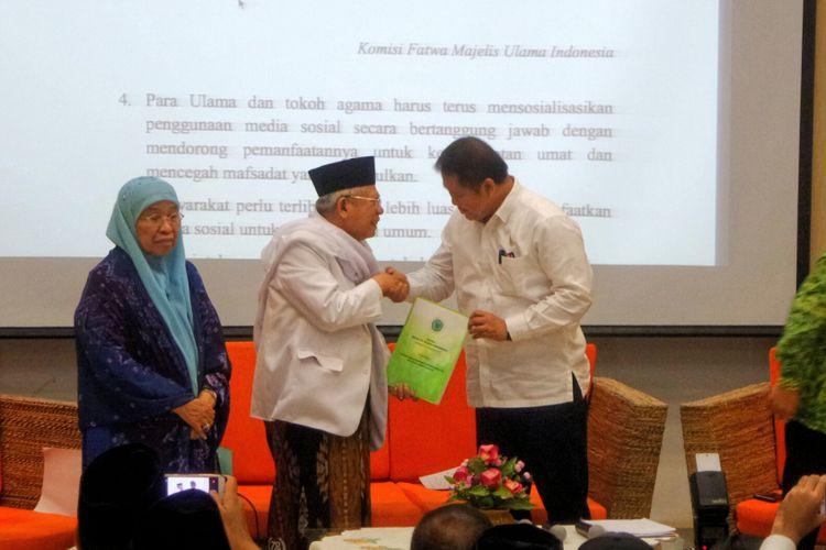 Ketua umum MUI Maruf Amin menyerahkan fatwa No. 24 tahun 2017 tentang Hukum dan Pedoman Bermuamalah Melalui Media Sosial kepada Menteri Komunikasi dan Informatika Rudiantara.
