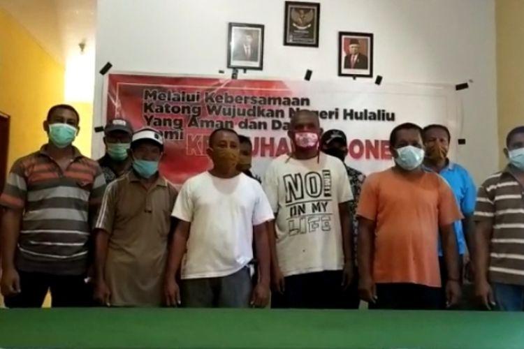 Sejumlah aktivis Front Kedaulatan Maluku/Republik Maluku Selatan mendeklarasikan diri mendukung NKRI dan menolak pengibaran bendera benang raja saat HUT RMS 25 April mendatang di tanah Maluku, Selasa (21/4/2020)
