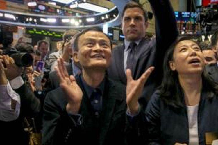 Pendiri Alibaba, Jack Ma, menyaksikan penjualan perdana saham perusahaannya.