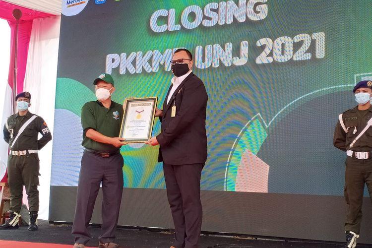 Penyerahan Piagam Penghargaan MURI (Museum Rekor-Dunia Indonesia) atas Rekor Senam SENSI (Sendok dan Kursi) 21/8/2021.