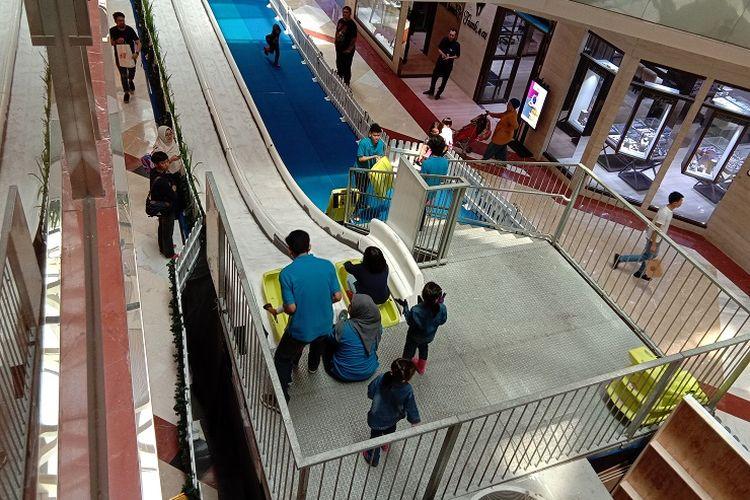 Anak-anak bermain di salah satu wahana Snow Playground yaitu Ice Slides di Pondok Indah Mall 1, Jakarta, Senin (23/12/2019).