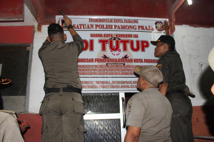 Sebelas tempat hiburan malam disegel Satpol PP Padang karena tidak memiliki izin, Minggu (29/12/2019)