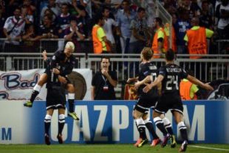 Para pemain Real Sociedad merayakan gol ke gawang Olympique Lyon pada laga di Stade Gerland, Lyon, Selasa atau Rabu (21/8/2013) dini hari WIB.