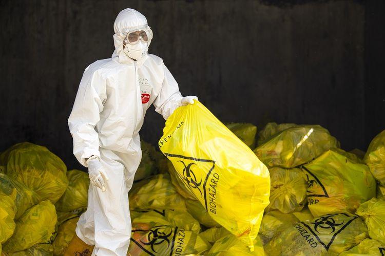 Petugas memindahkan kantong yang berisi limbah medis yang berbahan berbahaya dan beracun (B3) di Rumah Sakit Darurat COVID-19 (RSDC) Wisma Atlet, Kemayoran, Jakarta, Selasa (17/8/2021). Menteri Koordinator Bidang Kemaritiman dan Investasi, Luhut Binsar Pandjaitan, menyatakan perlunya tindakan yang cepat dan tepat terkait pengelolaan limbah medis COVID-19 yang mencakup Bahan Berbahaya dan Beracun (B3) yang pada Juli 2021 terdapat peningkatan mencapai 18 juta ton. ANTARA FOTO/M Risyal Hidayat/aww.