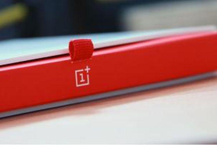 Desain kotak pembungkus OnePlus One disertai dengan tali yang apabila ditarik akan membuka boks smartphone.