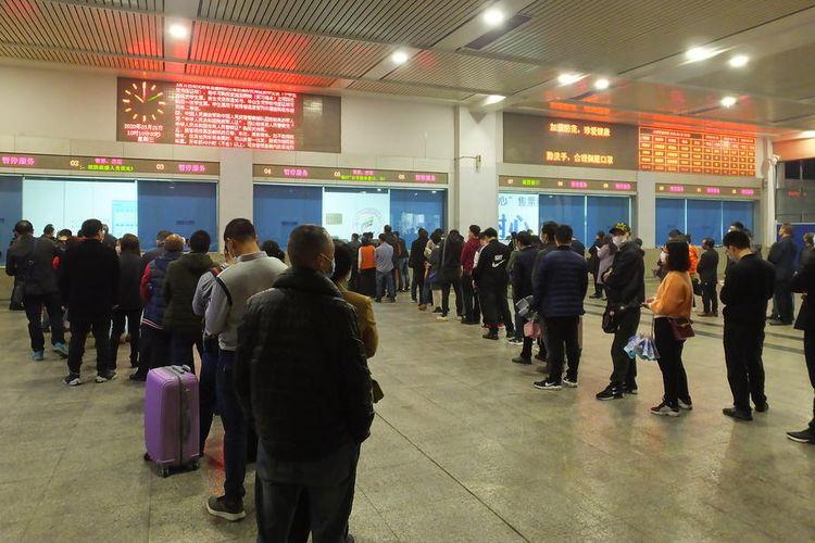 Antrean para calon penumpang di stasiun kereta api Yichang, provinsi Hubei, China, 25 Maret 2020. 80 stasiun kereta api kembali dioperasikan setelah ditutup selama lockdown dua bulan akibat penyebaran virus corona.
