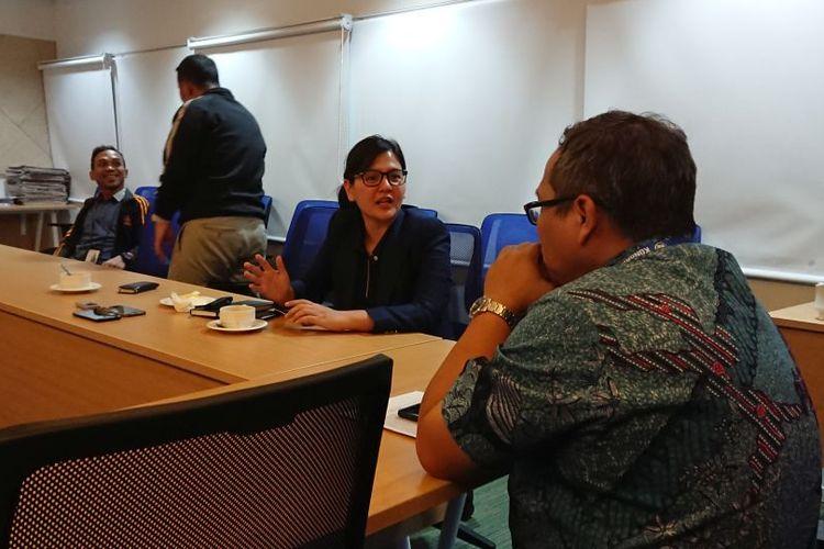 Sekretaris Jenderal PSSI, Ratu Tisha, tengah berbincang dengan Wakil Pemimpin Redaksi Kompas, P Tri Agung Kristanto, dalam acara media visit PSSI ke Menara Kompas, Jakarta, pada Jumat (11/10/2019).