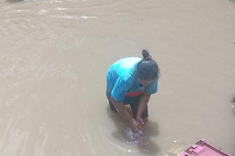 Kesulitan air bersih, warga korban banjir Dompu terpaksa mencuci pakaian di sungai yang keruh
