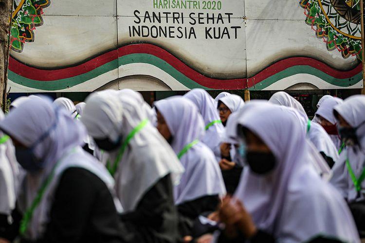 Sejumlah santri mengikuti kegiatan doa Istighosah di Pondok Pesantren An-Nuqthah, Kota Tangerang, Banten, Kamis (22/10/2020). Kegiatan tersebut digelar untuk memperingati Hari Santri Nasional dengan tema Santri Sehat, Indonesia Kuat yang jatuh pada hari ini.