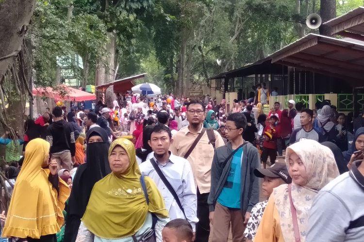 Jelang tahun baru, pengunjung padati Taman Margasatwa Ragunan, Jakarta Selatan, Selasa (31/12/2019)