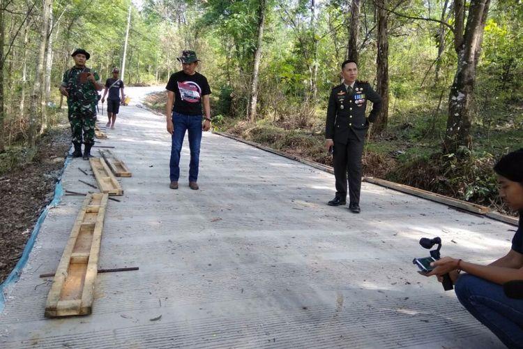 Dandim 0619 Purwakarta Letkol Inf Arie Maulana (kanan) dan Bupati Purwakarta Dedi Mulyadi saat memantau pembangunan jalan di Kampung Campaka Isna, Desa Margaluyu, Kiarapedes, Purwakarta, Kamis (5/10/2017).