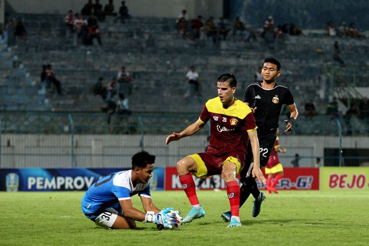 Pemain asing Persik Kediri, Ante Bakmaz (tengah).
