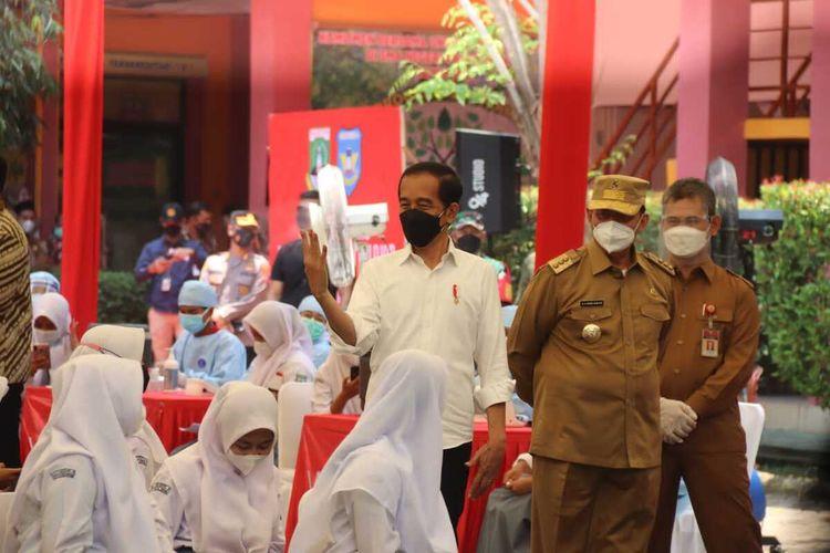 Presiden Jokowi meninjau pelaksanaan vaksinasi pelajar di SMAN 4 Kota Serang