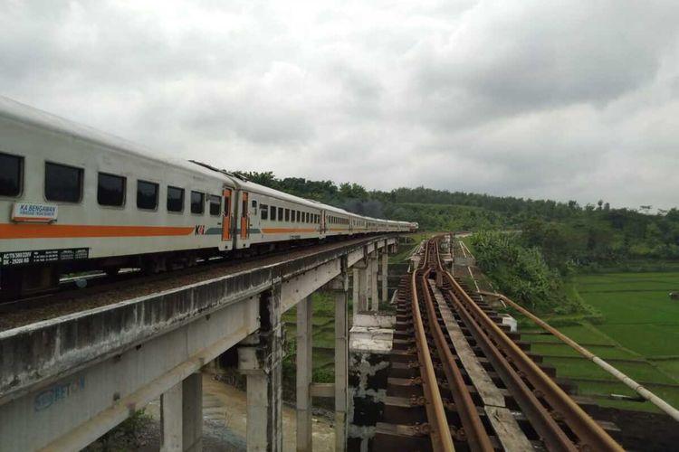 KA Bengawan menjadi KA pertama yang melintas jembatan antara Linggapura-Bumiayu, Kabupaten Brebes, Jawa Tengah, Selasa (12/1/2021).