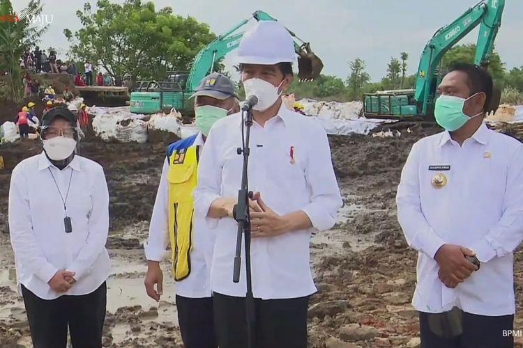 Foto tangkapan layar Presiden Joko Widodo menijiau lokasi jebolnya tanggul Citarum di Kabupaten Bekasi, Jawa Barat, Rabu (24/2/2021).