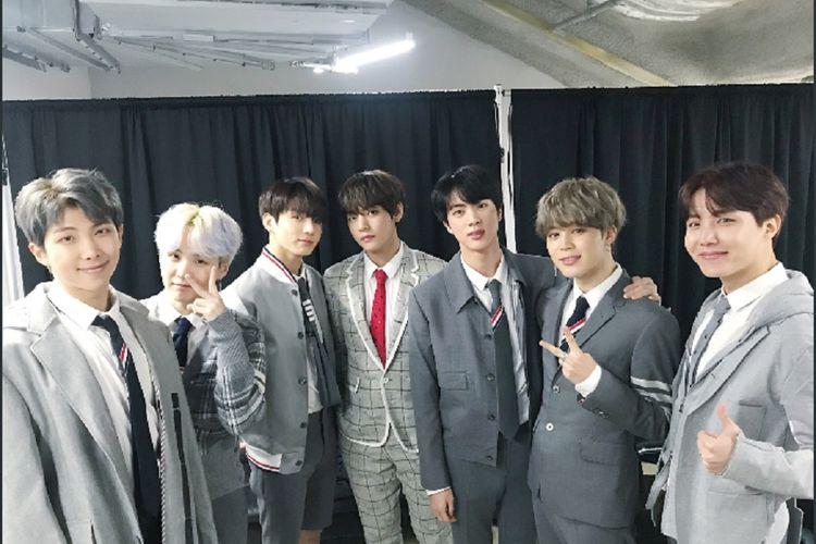 Para member BTS (dari kiri ke kanan) RM, Suga, Jungkook, V, Jin, Jimin, dan J-Hope, pada acara BTS 4th Muster bertajuk Happy Ever After yang digelar di Gocheok Sky Dome, Seoul, Sabtu (13/1/2018).