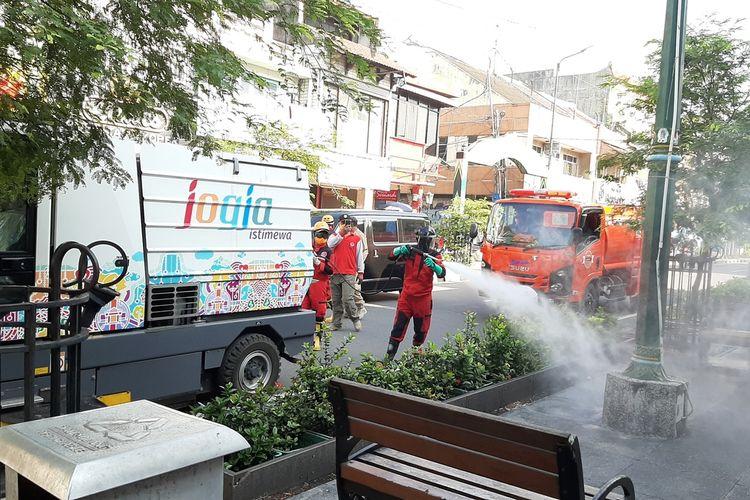 Petugas BPBD DIY saat melakukan penyemprotan cairan Disinfektan di kawasan Malioboro, Yogyakarta