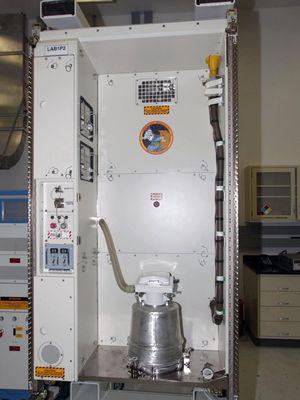 Toilet di ISS yang dikirim dengan roket Endeavour pada misi STS-126 2008. Toilet buatan Rusia senilai  19.000 dollar AS ini dapat mengubah urin astronot menjadi air minum.
