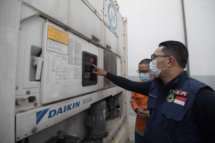 Gubernur Jawa Barat Ridwan Kamil melakukan peninjauan ke gudang penyimpanan vaksin covid-19, di Kopo Bizpark Kota Bandung, Rabu (6/1/2021).