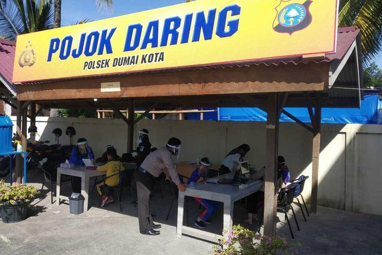 Para siswa dan siswi SD saat belajar lewat daring yang difasilitasi oleh Polsek Dumai Kota di Kota Dumai, Riau, Sabtu (8/8/2020).