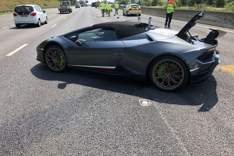 Foto yang diunggah oleh West Yorkshire Police (WYP) Roads Policing Unit di Inggris, menunjukkan mobil Lamborghini yang baru 20 menit dibeli dari dealer, hancur usai ditabrak dari belakang oleh mobil van. Saat ditabrak, Lamborghini Huracan Spyder ini sedang parkir di bahu jalan karena mogok akibat kesalahan teknis. Foto diambil pada Rabu (24/6/2020).