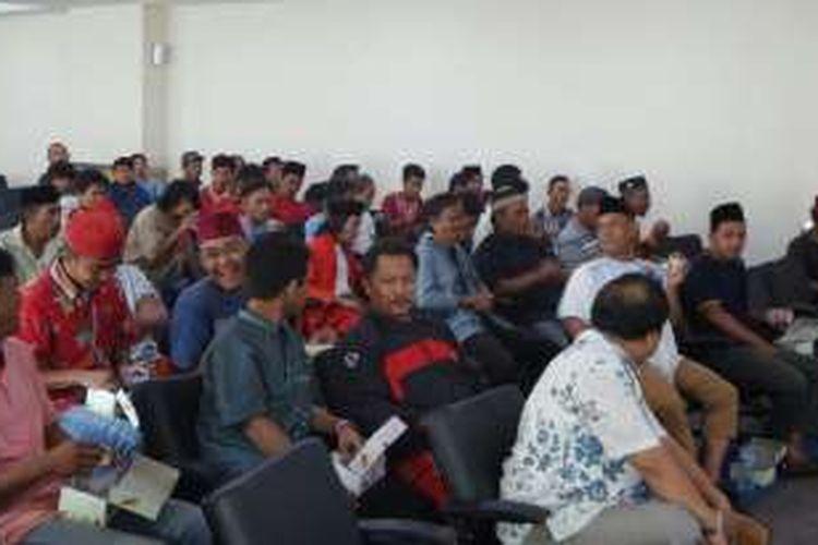 Para kusir delman yang biasa beroperasi di Monas ikut dalam dialog terbuka di DPRD DKI Jakarta, Jalan Kebon Sirih, Jumat (3/6/2016). Dialog tersebut untuk membicarakan kebijakan pelarangan delman di Monas.
