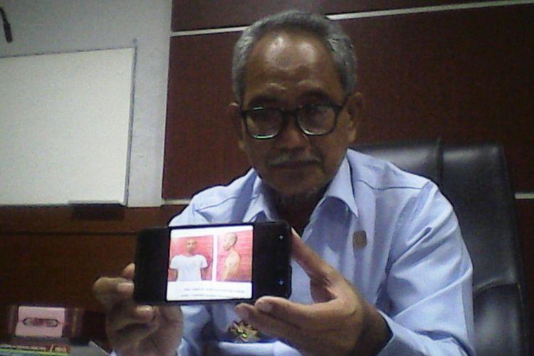 Kepala Devisi Pemasyarakatan (Kadivpas) Kementerian Hukum dan HAM Kantor Wilayah (Kanwil) Sulsel, Jauhar Pardin memperlihatkan foto tahanan kabur dari Rutan Klas 1 Makassar.