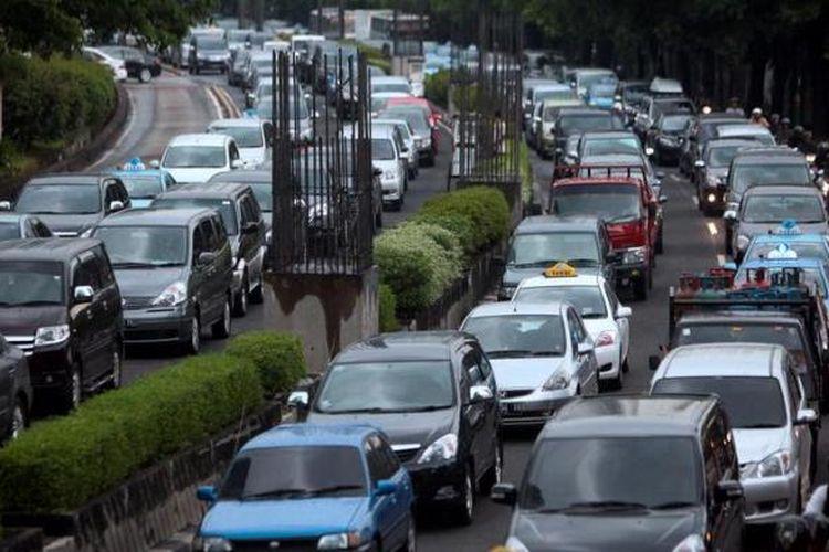 Kemacetan lalu lintas di Jalan HR Rasuna Said, Kuningan, Jakarta Selatan,  Senin (17/12/2012). Sejumlah kalangan berharap agar Pemerintah Provinsi DKI Jakarta memperbaiki transportasi massal sebelum menerapkan kebijakan ganjil-genap.
