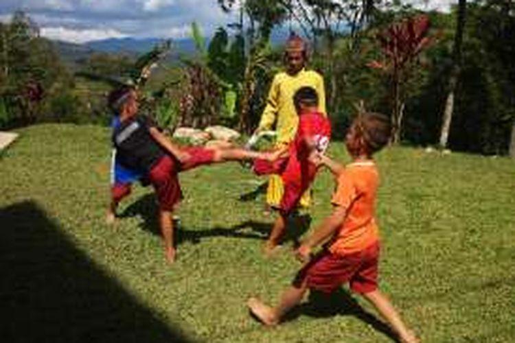 Anak-anak laki-laki suku Tana Toraja sedang bermain Sisemba di Desa Lea, Makale, Selasa (29/11/2016).