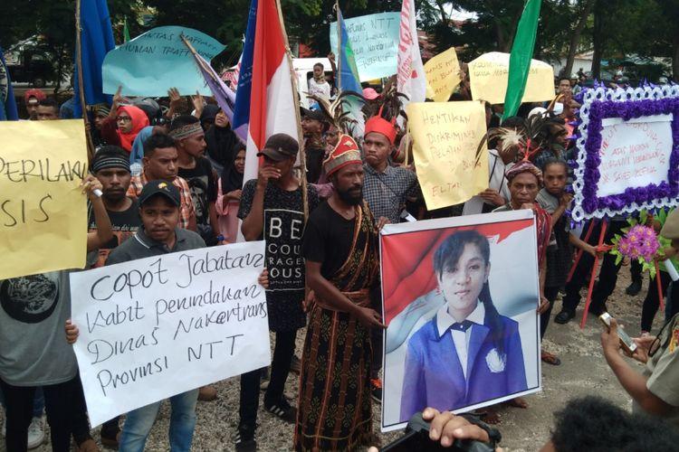 Ratusan pemuda yang menamakan diri Aliansi Peduli Kemanusiaan untuk Selvi menggelar aksi unjuk rasa di kantor Disnakertrans Provinsi Nusa Tenggara Timur (NTT), Senin (14/1/2019).