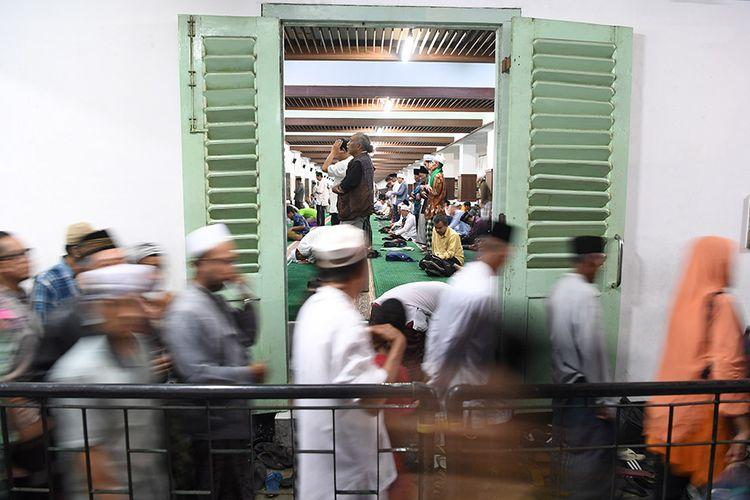 Umat Islam melaksanakan salat di Masjid Sunan Ampel ketika berziarah di kompleks Makam Sunan Ampel di Surabaya, Jawa Timur, Minggu (26/5/2019) dini hari. Pada malam ke-21 bulan Ramadan, kawasan Masjid dan Makam Sunan Ampel tersebut ramai dikunjungi umat muslim untuk beribadah dan berharap mendapatkan berkah malam Lailatul Qadar.
