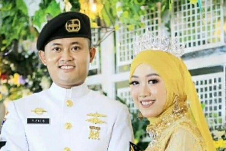 Sertu Bah Yoto Eki Setiawan berfoto dengan istrinya, Mita Sofia Kurniaviratama. Sertu Yoto, putra asal Kabupaten Siak, Riau, merupakan satu dari 53 awak KRI Nanggala 402 yang tenggelam di laut perairan utara Bali.