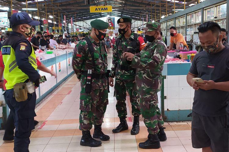 Aparat TNI dan petugas pasar beroperasi di dalam pasar untuk menegakkan disiplin memakai masker di antara penjual dan pembeli di Pasar Modern BSD, Tangerang Selatan, Senin (28/9/2020) pagi.