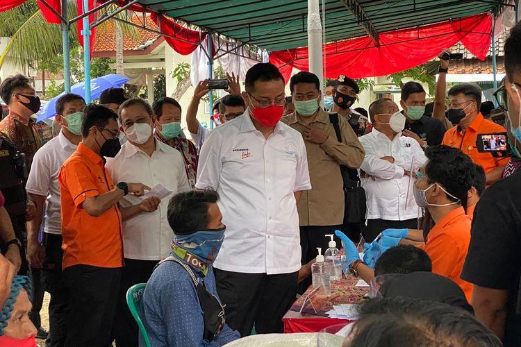 Mensos Juliari P Batubara saat menghadiri kegiatan Penyaluran Bantuan Sosial Tunai (BST) tahun 2020 di Desa Banyubiru, Kecamatan Banyubiru, Kabupaten Semarang, Jawa Tengah, Selasa (3/11/2020).