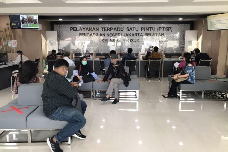 Masyarakat terlihat berada di ruang Pelayanan Terpadu Satu Pintu (PTSP) di Pengadilan Negeri Jakarta Selatan (PN Jaksel) pada Senin (4/1/2021) siang.