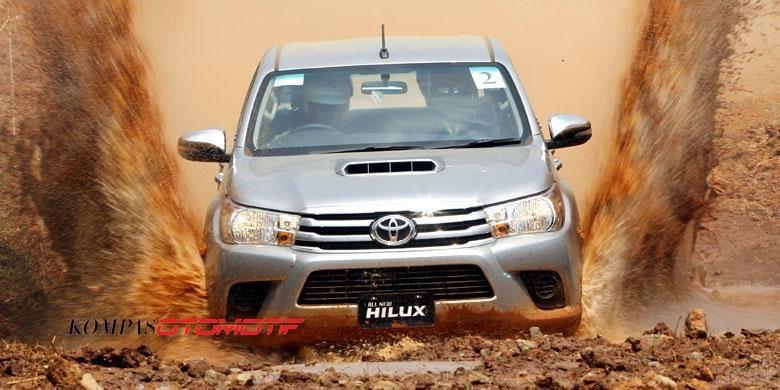 Toyota Hilux diajak berenang di kubangan.