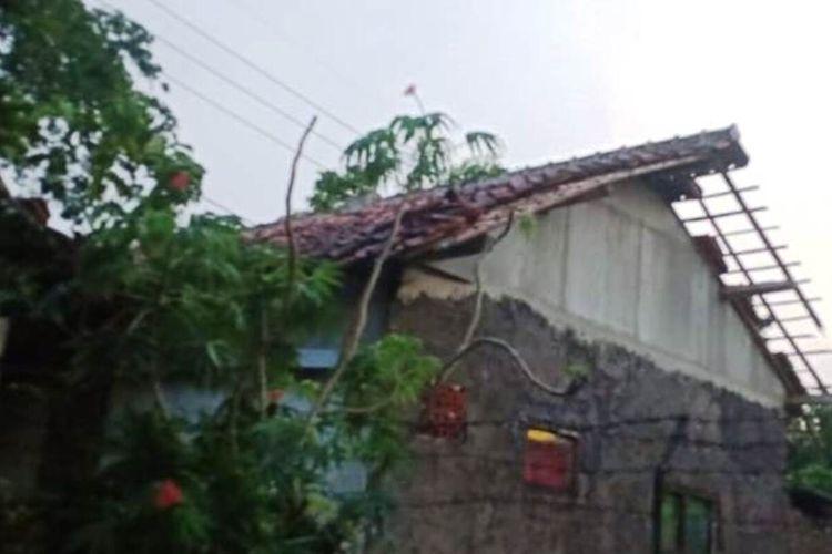 Kondisi salah satu rumah di Cianjur, Jawa Barat, pasca diterjang hujan deras dan angin kencang, Rabu (15/9/2021)