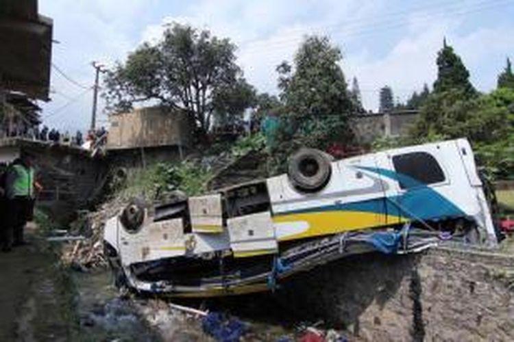 Kondisi Bus Giri Indah yang mengalami kecelakaan masuk jurang di Desa Tugu, Cisarua, Bogor, Jawa Barat, Rabu (21/8/2013). Kecelakaan menewaskan 18 penumpang, 32 orang mengalami luka berat, 10 orang luka ringan.