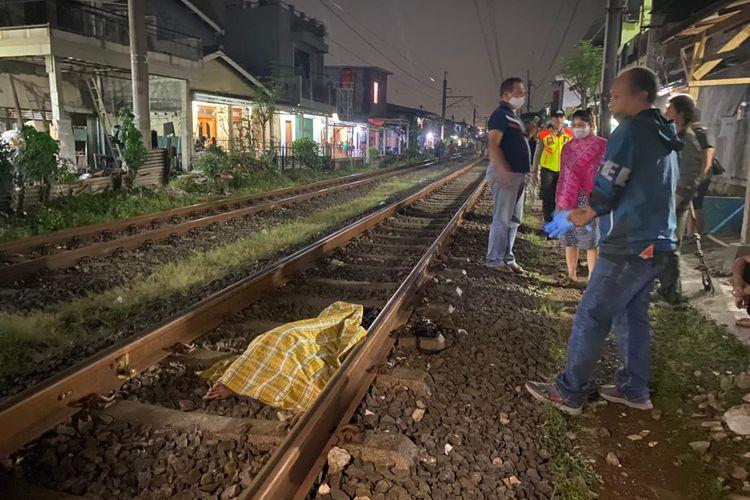 Seorang bocah berinisial D (16) tewas tertabrak kereta api di perlintasan kereta api di kawasan Kampung Peninggaran Timur RT 03 RW 09, Kebayoran Lama Utara, Kebayoran Lama, Jakarta Selatan pada Senin (7/6/2021) pukul 01.30 WIB.